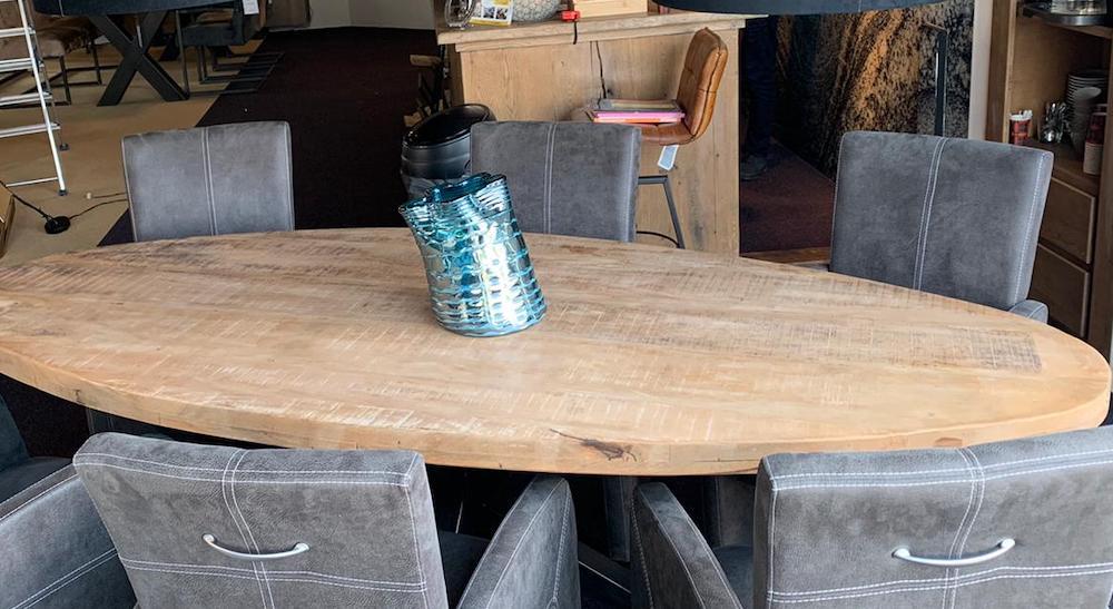 een-ovale-eettafel-is-knus-en-gezellig meubelshop emmen